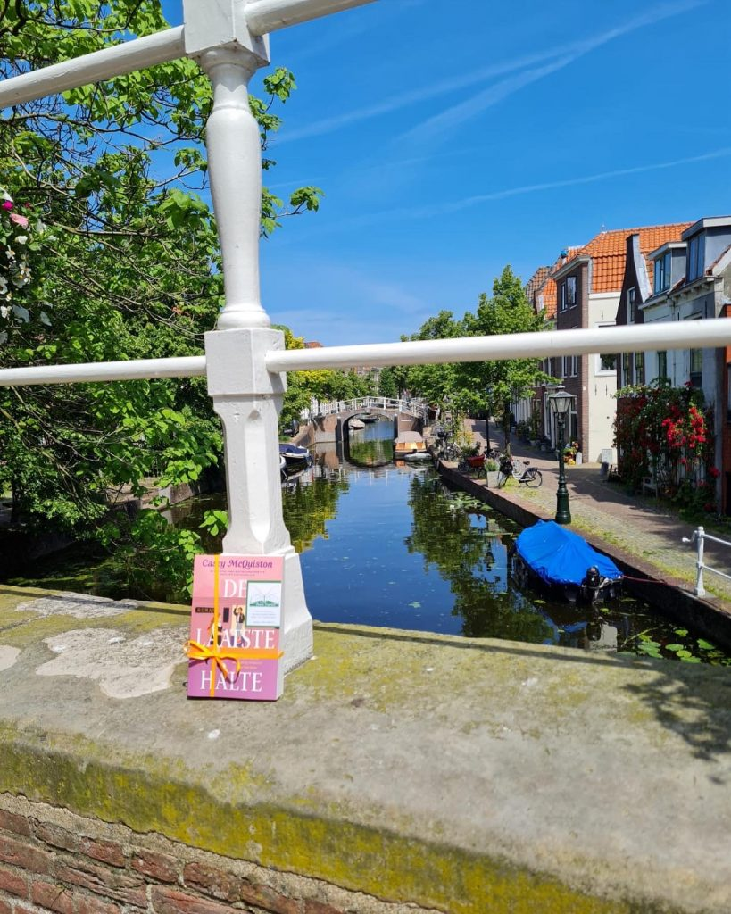 The Book Fairies in the Netherlands shared De Laatste Halte by Casey McQuiston at the canal