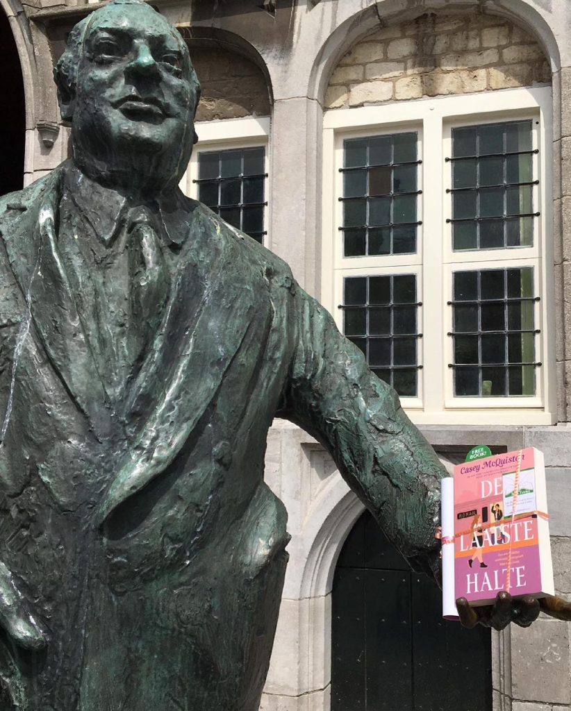 The Book Fairies in the Netherlands shared De Laatste Halte by Casey McQuiston at a statue